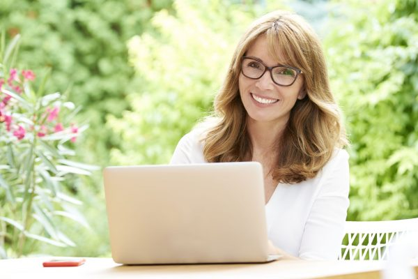 srecna-poslovna-zena-laptop